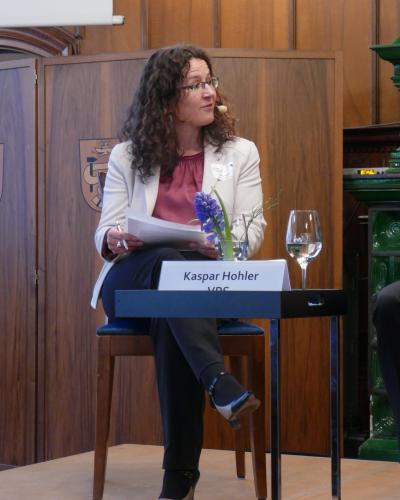 Sabine Döbeli moderates the discusssion
